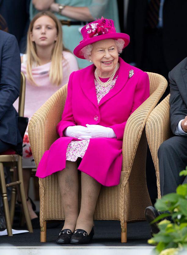 Kuningatar Elisabet ei näyttävän olevan tilanteesta moksiskaan, vaan edusti hymyilevänä.