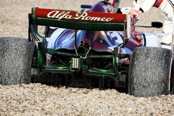 Alfa Romeon renkaat hautautuivat soraan.
