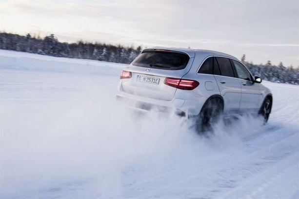 GLC F-CELL on polttokennoauto, joka tuottaa sähköä autolle vedystä. Päästöinä pakoputkesta tulee puhdasta vettä.