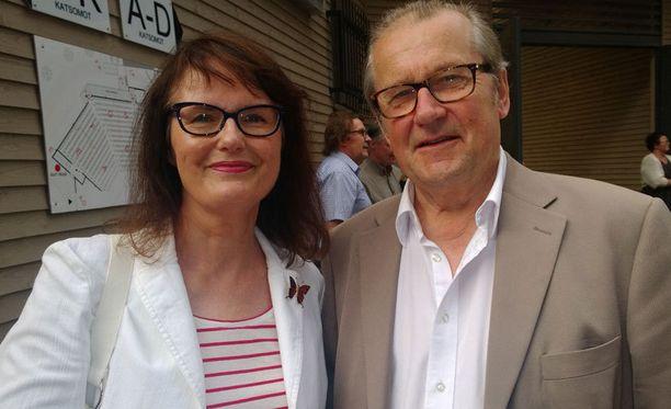Panu Rajala oli lauantaina Marja–vaimonsa kanssa Tampereella Komediateatterin Riemurahat –farssin ensi-illassa.