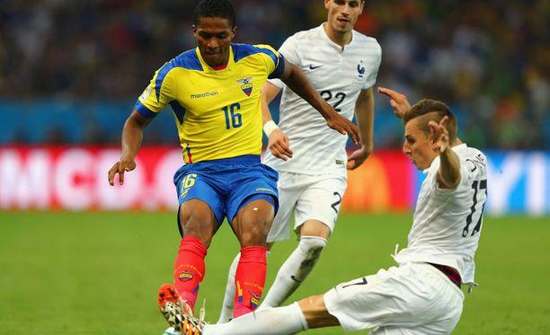 Ecuadorin Antonio Valencia kolhi Ranskan Lucas Digneä ja lähti kentältä.