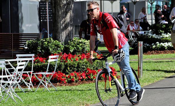 Sebastian Vettel saapui Albert Parkin varikolle polkupyörän satulassa.