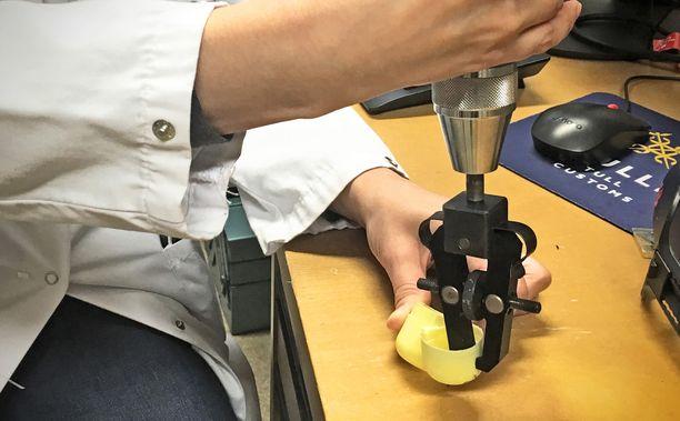 Tulli ja Tukes ovat testanneet muun muassa vääntö- ja vetotestien avulla pääsiäismunien lelukapseleiden turvallisuutta.