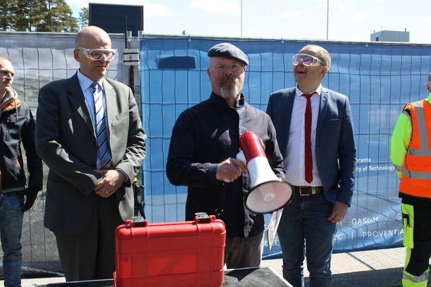 Jamie Hyneman (keskellä) sai tutun tehtävän itselleen tiistaina, kun hän avasi Lappeenrannan teknillisen yliopiston ja VTT:n yhteisen Soletair-pilottilaitoksen räjäyttämällä ilmaan dieseliä ja uusiutuvaa polttoainetta. Vierellä LUT:n professori Markku Ikävalko ja rehtori Juha-Matti Saksa.