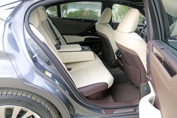 Tilaa on takana reilusti ja kalleimmassa Luxury-versiossa selkänojia voi kallistaa sähköisesti.