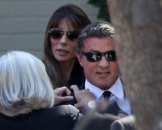 Sylvester Stallone osallistui poikansa hautajaisiin vaimonsa Jennifer Flavinin kanssa lauantaina.