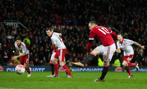 Wayne Rooney upottaa ratkaisun erotuomarin antamalla lisäajalla.