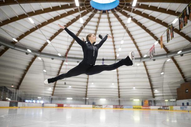 Jenni Saarinen kohtaa muut taitoluistelijanaiset SM-kisoissa joulukuussa.