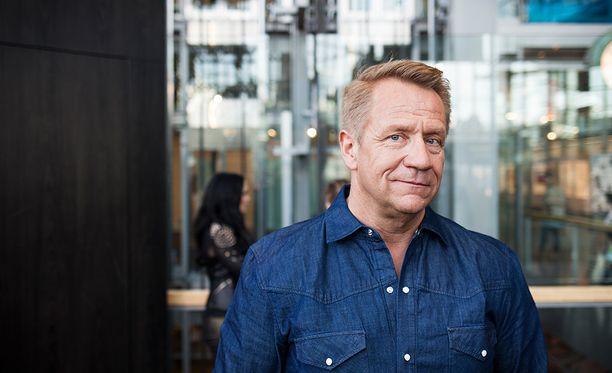 Olli Lindholm on haastettu käräjille. Häneltä vaaditaan 35 000 euron korvauksia.