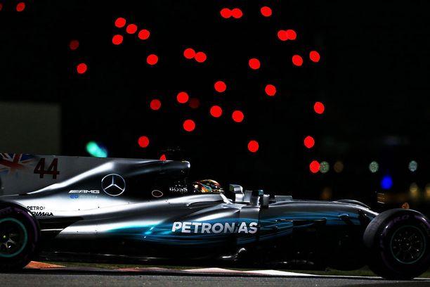 Lewis Hamilton esteettisesti täydellinen Mercedes hallitsi perjantaisia Abu Dhabin iltapäiväharjoituksia.