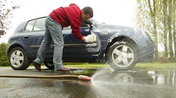 Kunnissa on erilaisia ohjeita siitä, missä auton saa pestä.