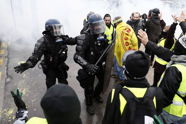 Mielenosoitukset alkoivat lauantaina Pariisin keskustassa Champs-Élysées'llä.