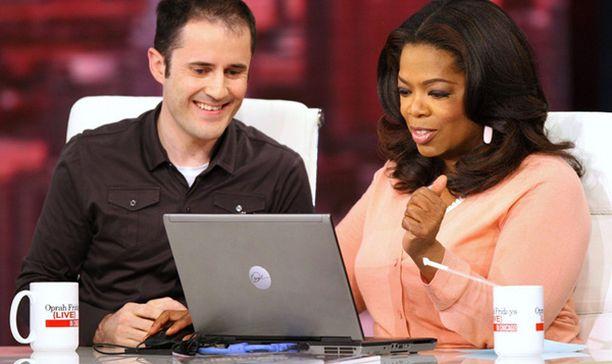 Oprah opetteli Twitterin käyttöä suorassa tv-lähetyksessä Twitter-yhtiöiden toimitusjohtaja Evan Williamsin opastuksella.