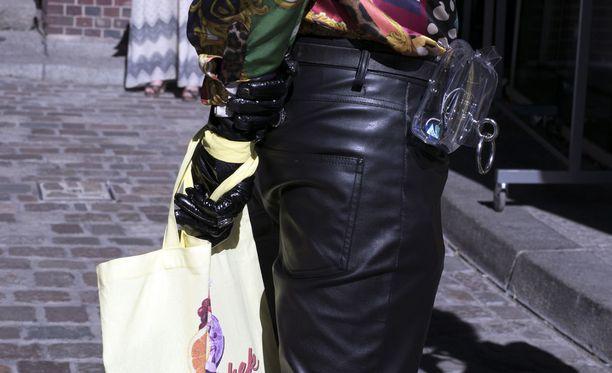 Nahkaiset housut sekä lateksihanskat olivat varmasti melko tuskainen yhdistelmä Berliinin paahtavassa helteessä, mutta tyyli ensin. Huomaa myös läpinäkyvä muovinen vyölaukku.