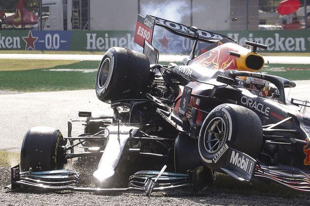 Verstappen ja Hamilton kolaroivat rajusti.