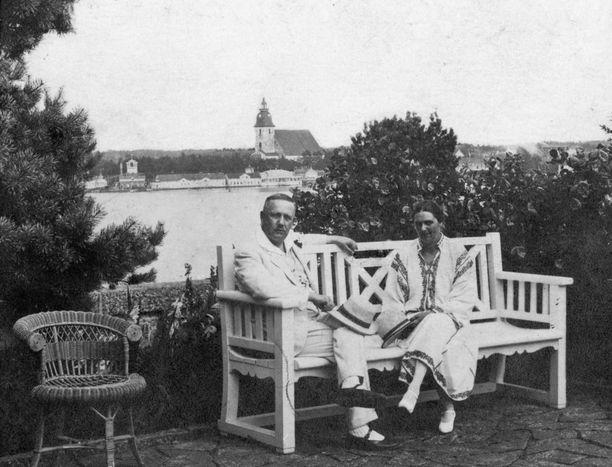 Lauri Kristian Relander rakastui samassa pihapiirissä asuneeseen Signe-neitoseen. Signe oli vasta 15-vuotias saadessaan sormeensa kihlasormuksen. Maailma oli toki tuolloin, 1800-1900 -lukujen vaihteessa aivan eri kuin nyt.