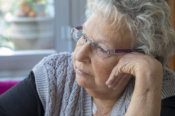 Naisilla aivoja rappeuttava Alzheimerin tauti on jonkin verran yleisempää kuin miehillä.