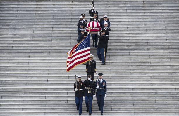 George H.W. Bushin arkku tuotiin Capitol kukkulalta kunniasaattuessaa kansalliskatedraalille.