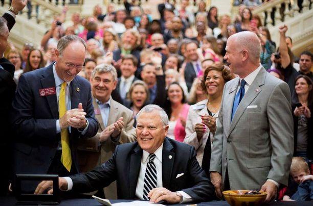 Georgian kuvernööri Nathan Deak hymyili leveästi allekirjoitettuaan lain lääkemarihuanan laillistamisesta osavaltiossaan.