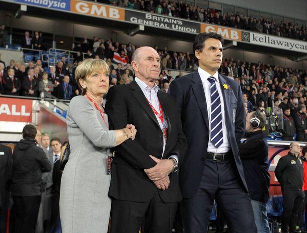 Carol ja Roger Speed tulivat Chris Colemanin (oik.) tueksi tämän aloittaessa Walesin päävalmentajana.