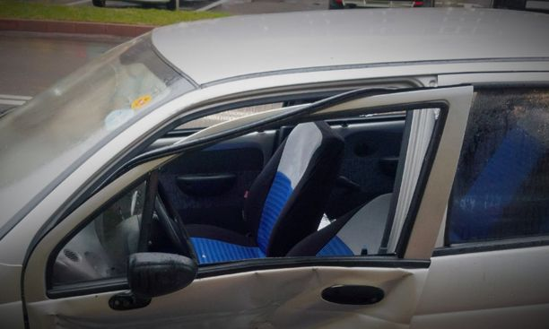 Kirves osui mustasukkaisen ex-miehen auton ovenkarmiin. Kuvituskuva.
