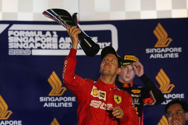 Sebastian Vettel juhli Singaporessa osakilpailuvoittoa yli vuoden pituisen kuivan kauden jälkeen.