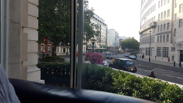 Hotelli Langham on melko lähellä Oxford Streetin vilinää.