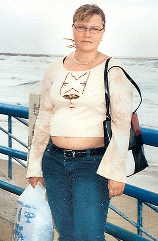 ENNEN. Imatralainen Tanja Tynkkynen otti pari vuotta sitten itseään niskasta kiinni ja päätti laihduttaa takaisin normaalipainoon. – Lihoin vuodessa parikymmentä kiloa vain syömällä liikaa, hän kertoo.