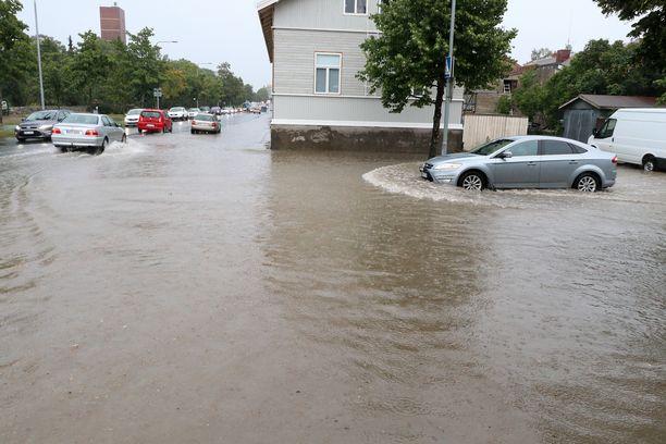 Porin kadut joutuivat veden valtaan rankkasateen iskettyä torstaina.