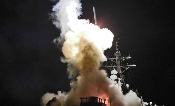 USS Barry laukaisi Tomahawk -risteilyohjuksen Libyaan lauantaina.