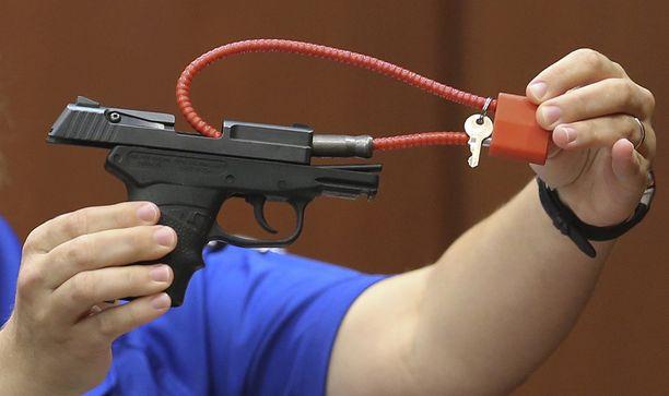"""Zimmerman kuvasi asetta, jolla ampui mustan pojan """"amerikkalaiseksi ikoniksi""""."""