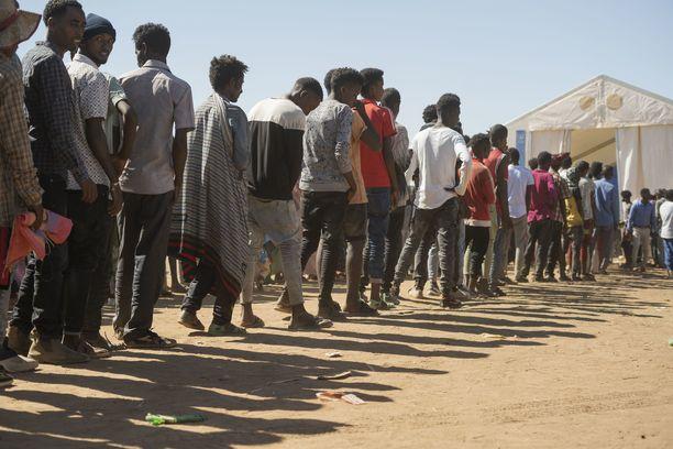 Reutersin mukaan jopa 2,2 miljoonan tigraylaisen on arvioitu paenneen aseellisia yhteydenottoja, erityisesti kuvan naapurimaa Sudaniin.
