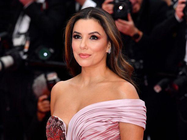 Eva Longoria sädehti Cannesin elokuvajuhlien avajaisissa.