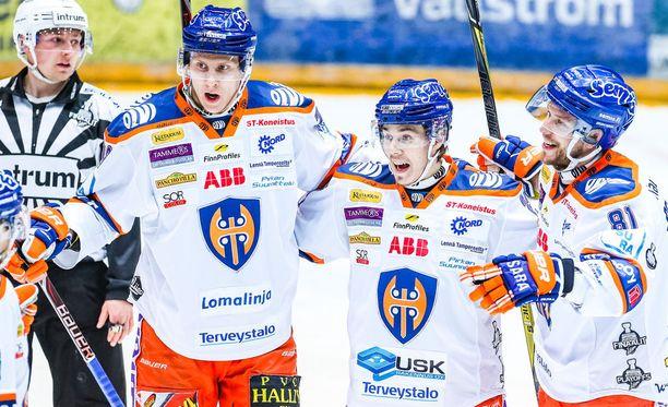 Niko Mikkola (vas.), Henrik Haapala ja Jukka Peltola tuulettivat kirvesrintojen voittoa Oulussa.
