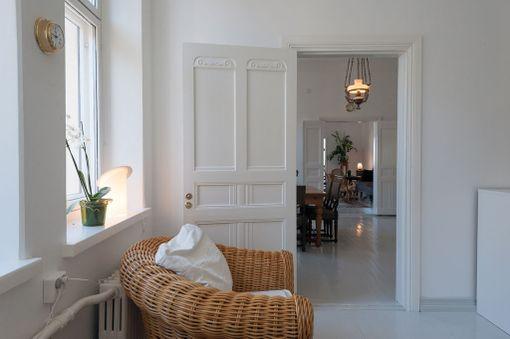 Asunnossa on vanhoja koristeellisia peiliovia.