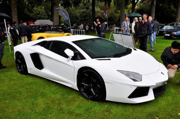 Mikäli taskusta löytyy tarpeeksi kahisevaa, voi ylimääräiset varansa sijoittaa esimerkiksi autoihin. Kuvassa Lamborghini Aventador.