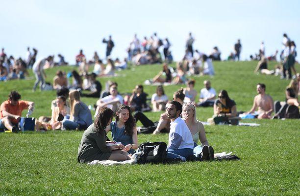 Lontoossa ihmiset ovat tällä viikolla kokoontuneet ulos nauttimaan lämmöstä ja lieventyneistä koronarajoituksista.