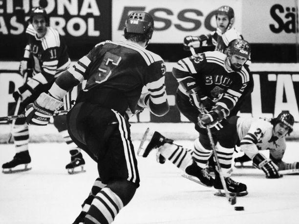 Leijonat vauhdissa 70-luvun puolivälissä: Timo Sutinen vie kiekkoa, taustalla Henry Leppä ja Seppo Lindström, etualalla Heikki Riihiranta.