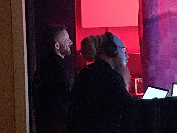 Jari Sillanpään Siim-rakas (vasemmalla) seurasi konserttia lähellä lavaa.