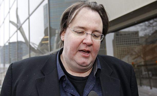 Greg Gilhooly puhui medialle Winnipegissä oikeustalon ulkopuolella vuonna 2012.