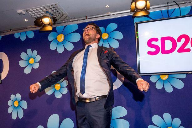 Ruotsidemokraatit ovat saamassa valtiopäiville 62 edustajaa. Puheenjohtaja Jimmie Åkesson tuuletti vaalivoittoa sunnuntaina.