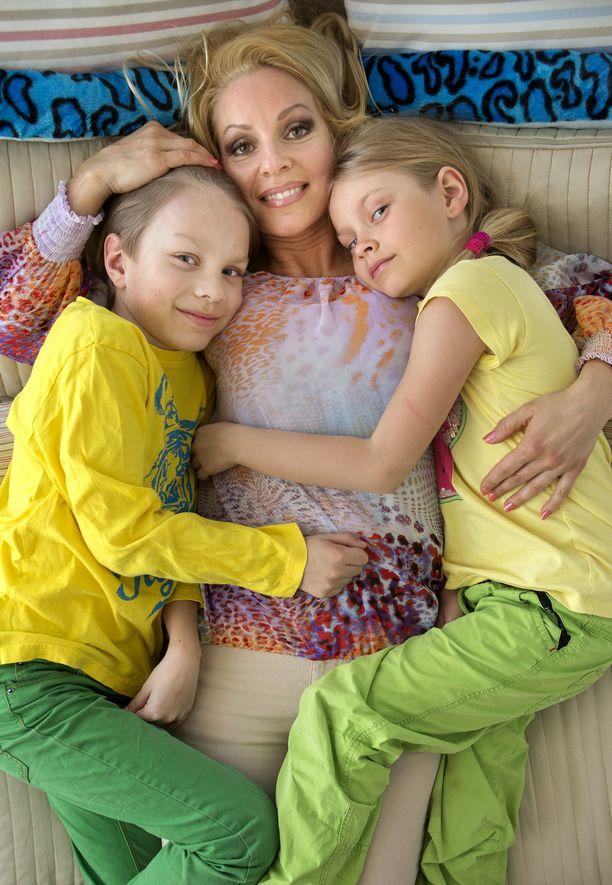 Virpi Kätkä lastensa Jameksen ja Janen kanssa.