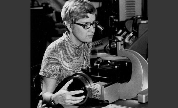 Vera Rubin käyttää mittauslaitetta 1970-luvulla otetussa kuvassa.
