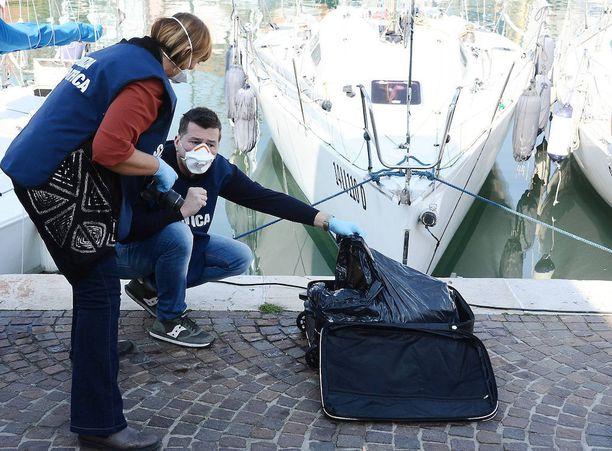 Kalastajat löysivät matkalaukun kellumasta Rimin läheltä.