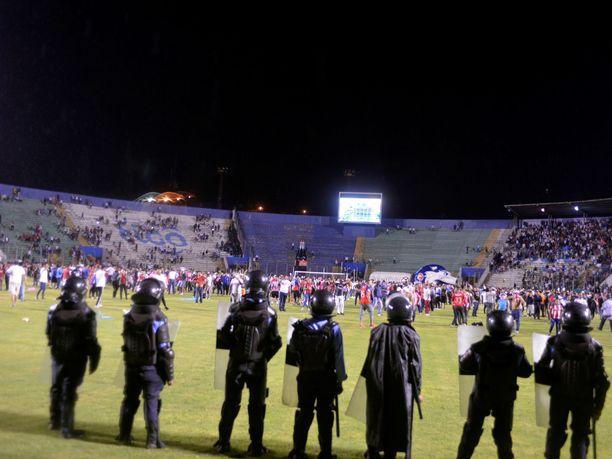 Mellakkapoliisi seurasi kannattajien liikehdintää Tegucigalpan stadionilla.