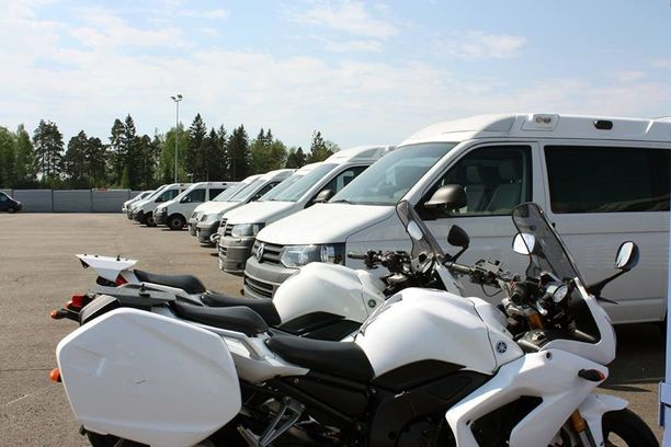 Tarjolla on paketti- ja henkilöautoja sekä skoottereita ja moottoripyöriä.