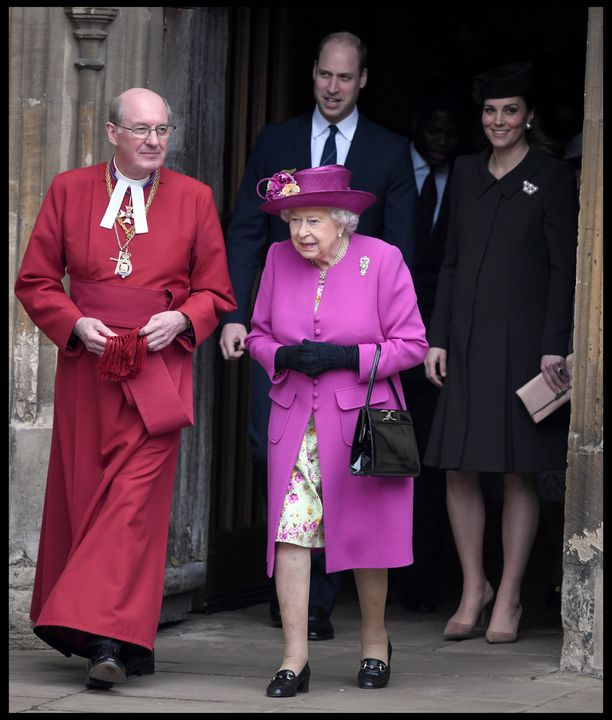Kuningatar Elisabet loisti aniliininpunaisessa.