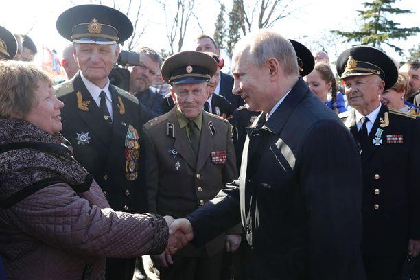 Venäjän presidentti Vladimir Putin tapasi maanantaina Krimin Sevastopolin asukkaita vierailtuaan Malakov Kurganin sotilasmuistomerkillä.