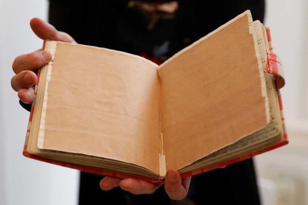 Ruskealla paperilla peitettyjen sivujen sisältö pysyi salaisuutena vuosikymmenien ajan.