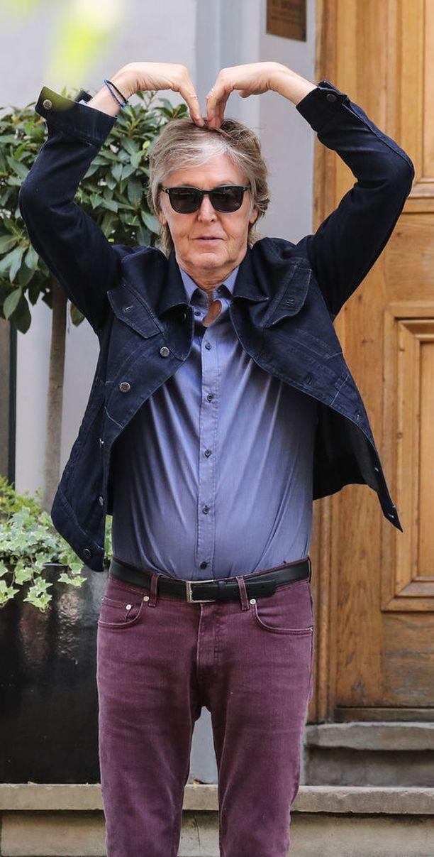 Paul McCartney intoutui esittämään kuvaajille temppuja Abbey Roadilla.